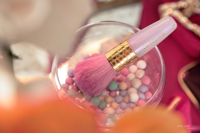 Glass with highlighting pearls and Guerlain brush