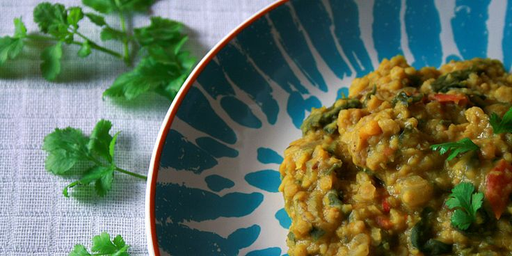Denne dahl er vanvittigt nem at lave, og så smager den fantastisk med alle sine dejlige indiske krydderier, der forkæler dine smagsløg på skønneste vis.