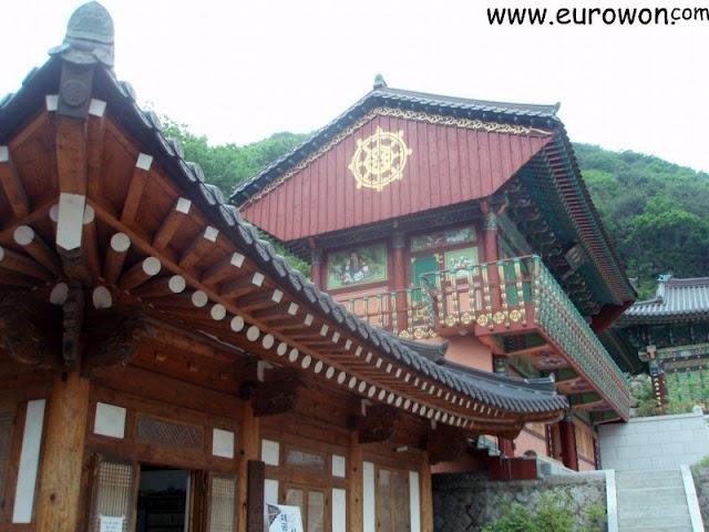 Subida a la montaña Palgongsan de Daegu, con el famoso Buda Gatbawi en la cima.