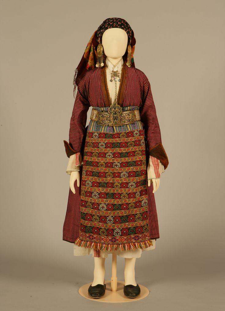 Νυφική ή γιορτινή φορεσιά. Σουφλί, Θράκη. Αρχές 20ού αιώνα. Συλλογή Πελοποννησιακού Λαογραφικού Ιδρύματος, Ναύπλιο. Bridal or festive costume. Soufli, Thrace. Early 20th century. Peloponnesian Folklore Foundation Collection, Nafplion