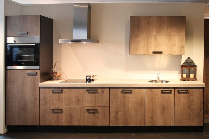Rechte keuken fronten met houtstructuur db keukens kleine keukens pinterest met for Kleine amerikaanse keuken met bar