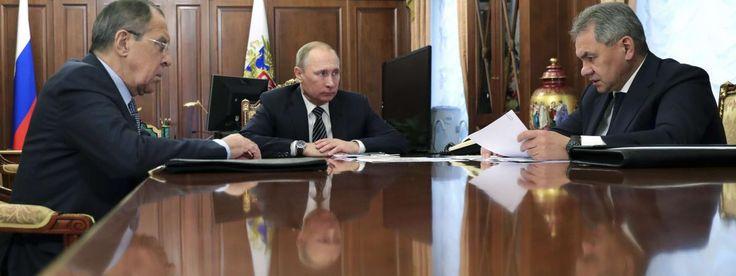 Le président russe Vladimir Poutine, le ministre des Affaires étrangères russe et le ministre de la défense russe à Moscou, le 29 décembre 2016. | MIKHAIL KLIMENTYEV/AP/SIPA / AP