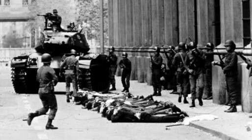 Chile, modernidad del dolor y del olvido  En Chile el régimen militar entre 1973 y 1990 fue de una magnitud no conocida hasta entonces en su historia, ya que rompió las ataduras con lo que había sido una sociedad tradicional; se asistió a la llegada de un tipo de modernidad gracias a la adquisición de una eficaz metodología de control y modificación social a través del terror. Si bien la represión tenía antecedentes en la historia chilena, la que aplicaron los militares desde 1973 fue de un…