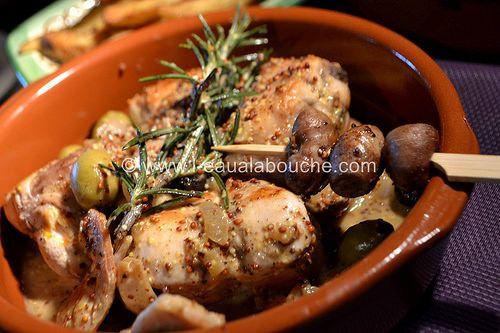 Râbles de Lapin à la Moutarde et aux Olives (pour 4 personnes) Ingrédients: 4 petits râbles de lapins détaillés en morceaux (avec les rognons) 4 gousses d'ail 1 oignon 1 poignée d'olives vertes 1 poignée d'olives noires 1 branche de romarin 1 dl de vin...