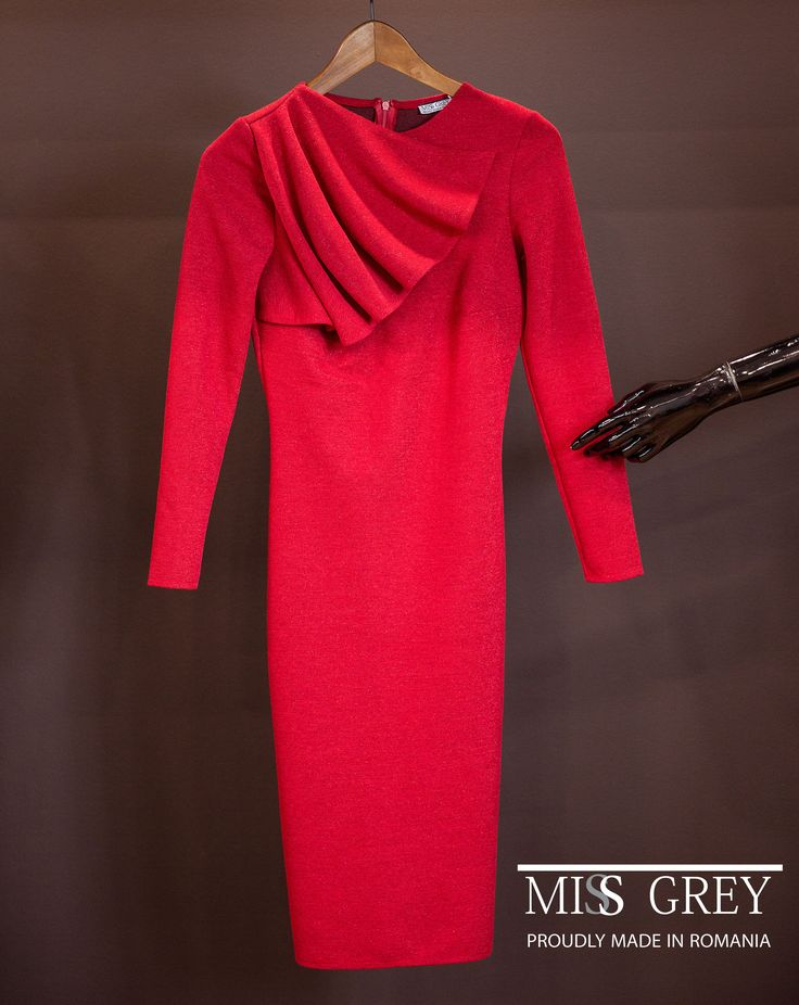 A simple and yet so beautiful red dress, to match your working days or your elegant nights.