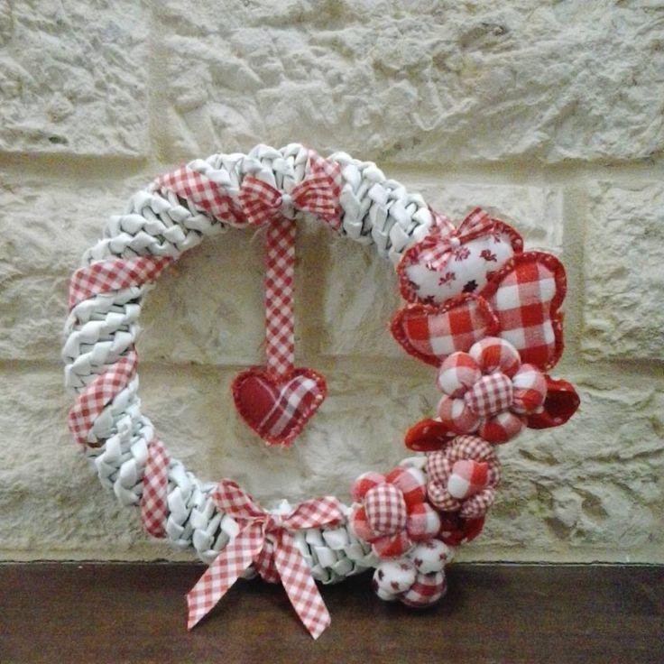 ghirlanda completamente intrecciata a mano con decorazioni di stoffa cuoricini e fiorellini!!