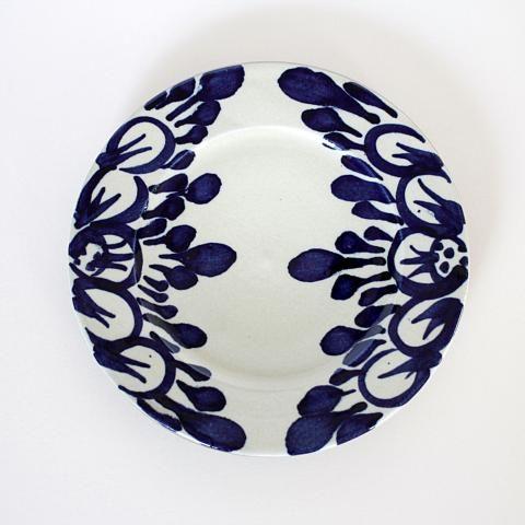 やちむん人気作家の陶房眞喜屋。染付けが美しい[菊唐草8寸皿]は器の店クワンにて取扱い。