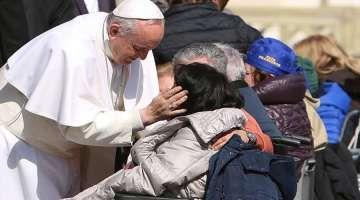 """El Papa te pide que invites a un pobre a comer el domingo 19 de noviembre 15/11/2017 - 11:05 am .- El domingo 19 de noviembre se celebrará la I Jornada Mundial de los Pobres, instituida por el Papa Francisco, por esa razón el Santo Padre animó a todos, católicos, fieles de otras religiones y no creyentes, a tener un gesto con los más necesitados como, por ejemplo, invitarlos """"a nuestra mesa como invitados de honor""""."""