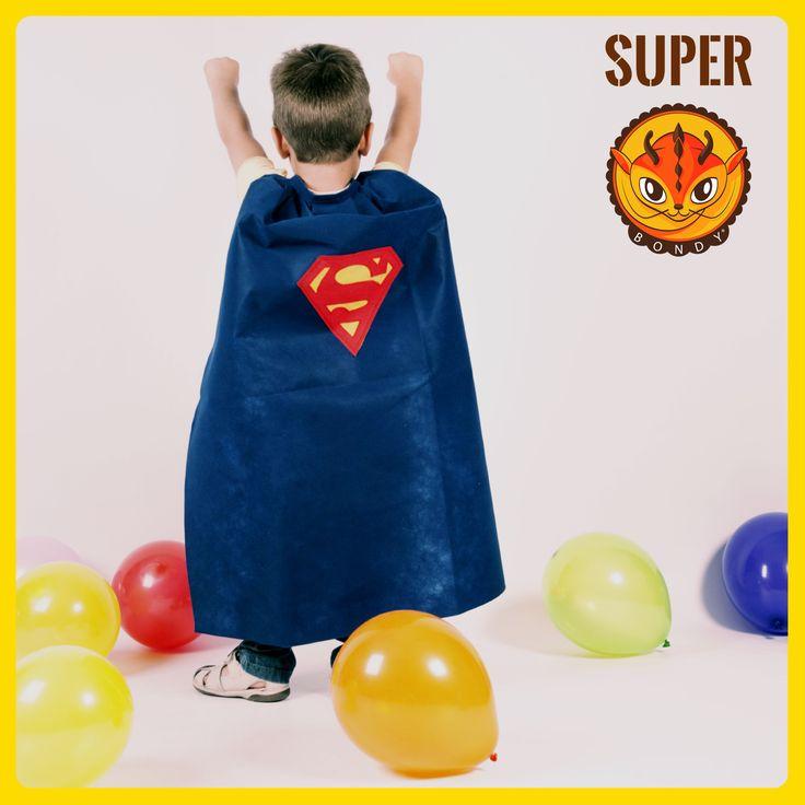 DISFRAZ SUPERMAN Capa sencillísima de superman. Bondy la ha querido cambiar de color porque Pablo la quería de color azul. Una capa de superhéroe que da poderes y vuela muy muy alto. Con un rollo de tel Bondy podrás hacer unas 25 capas. Para las letras tendrás suficiente con un pack unicolor amarillo y otro rojo. Entra a nuestra tienda y conoce nuestros productos: http://dobondy.com/shop