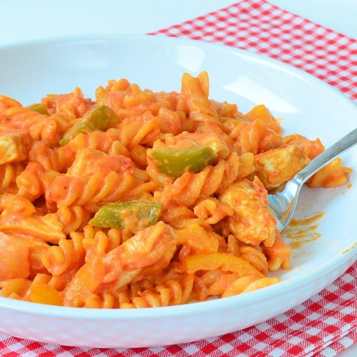 Deze eenpans pasta met kip heb je lekker snel gemaakt en je maakt daarbij slechts 1 pan vies! Ook een erg fijn camping recept!