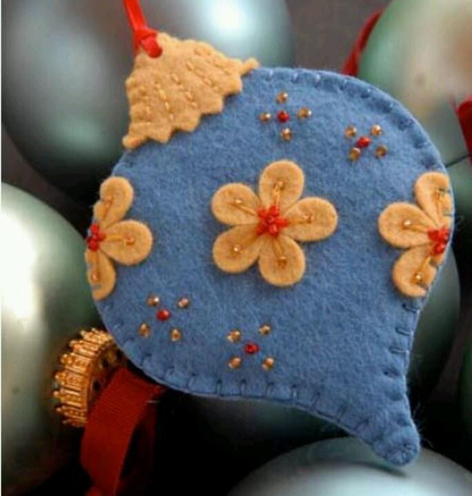 handmade Christmas ornament ... Esfera de fieltro ...