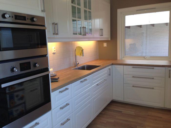 Montering av #kjøkken. Lekkert hvitt kjøkken med integrerte hvitevarer.
