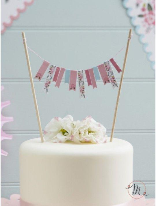 Cake topper bandierine boho chic. Originale cake topper con bandierine in tessuto di vari colori con fiorellini colorati che tiene grazie a 2 bastoncini in legno.  Misure: 17 x 24 cm. #caketopper #cake #topper #wedding #matrimonio #weddingideas #ideasforwedding #figurastartanuptcial #hochzeitcaketopper #weddingday #bohochic #bandierine