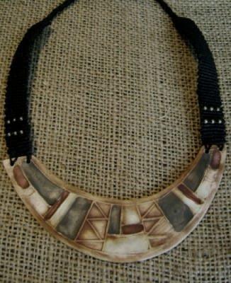 colgante de cerámica y macramé cogante cerámica,hilo encerado modelado,macrame