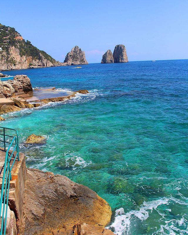 Eccoci a #Capri , vista fantastica sui Faraglioni, pronti a raccontarvi l'eccellenza dell'isola  www.imperatore.it