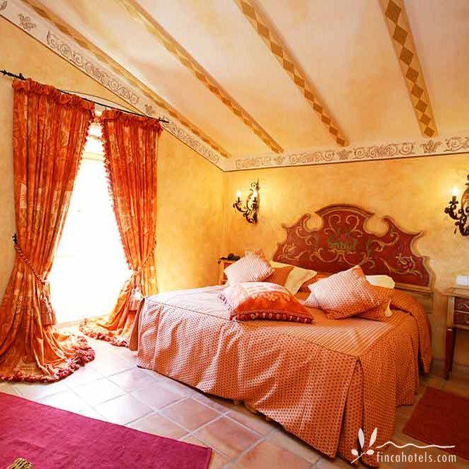 Herrschaftlich pompös wohnt man im Fincahotel Posada del Marques. Das Landgut aus dem 16. Jahrhundert thront in 510 Metern Höhe am Berghang des La Fita del Rams im Westen Mallorcas, in der Nähe von Esporles. Edle Stoffe und Vorhänge, luxuriöse Kronleuchter und warme Farben machen das Interieur dieses Vier-Sterne Hotels zu einer komfortablen und exquisiten Unterkunft.
