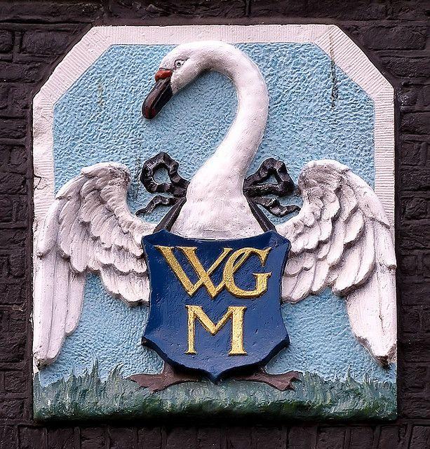 Lijn 9, halte 15 - Het Rechthuis- Gevelsteen met het (nooit erkende) wapen van Watergraafsmeer.