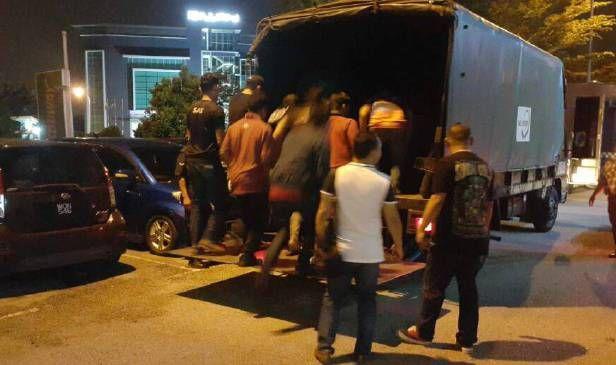 Polis serbu premis judi simulator   SHAH ALAM: Polis Selangor menggempur premis mesin judi simulator di sebuah pusat beli-belah di Bukit Jelutong Shah Alam malam tadi.  Premis itu adalah yang terbesar diserbu selepas operasi banteras judi besar-besaran pada September lalu.  Serbuan dilakukan sepasukan pegawai dan anggota daripada Bahagian Anti Maksiat Perjudian dan Kongsi Gelap (D7) Ibu Pejabat Polis Kontinjen (IPK) Selangor diketuai Pegawai Turus Deputi Superintendan Norhizam Bahaman…