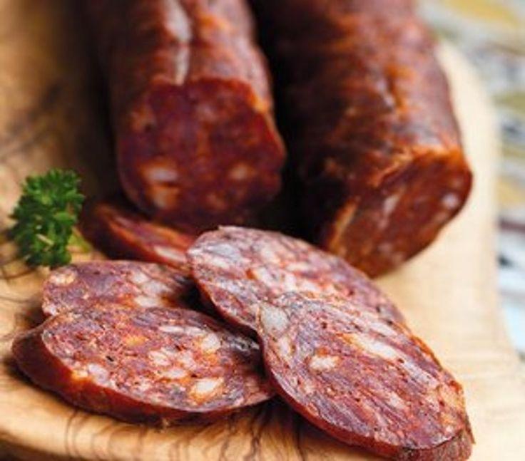 Bravčové mäso, mletá sladká paprika, čierne korenie, cesnak, soľ a črevá.