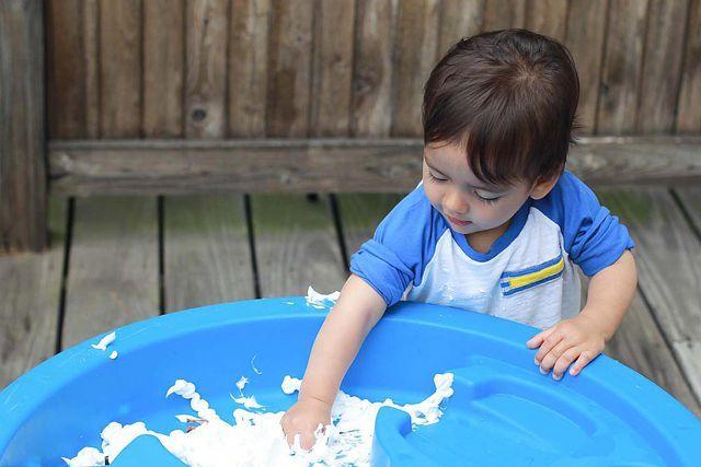 Actividad de estimulación sensorial para bebés fácil y económica. Usando crema de afeitar incentivarás su curiosidad, estimularás sus sentidos, y desarrollarás sus capacidades cognitivas.