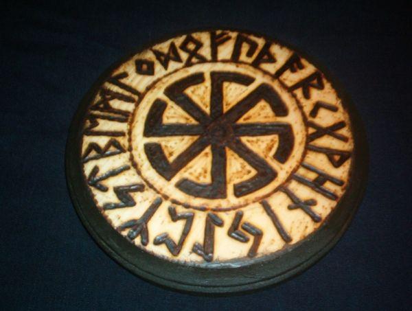 Une pyrogravure représentant les runes composant le Futhark.  Les runes n'étaient pas seulement un alphabet, chacune d'elle était réputée pour avoir des vertus magiques et un grand pouvoir, il n'était pas rare qu'elles soient utilisées comme des talismans. Elles sont également utilisées en divination.   by ~runehammer9 on Deviant Art  #rune #futhark #celtic #nordic #symbol #symbolisme