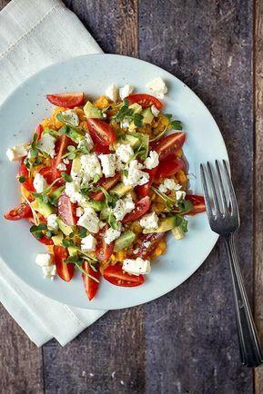 Dieser 20 Minuten Linsen-Avocado Salat mit Feta und Tomaten ist im Nu fertig und steckt voller toller Aromen. Ein tolles schnelles Abendessen oder Essen im Büro.