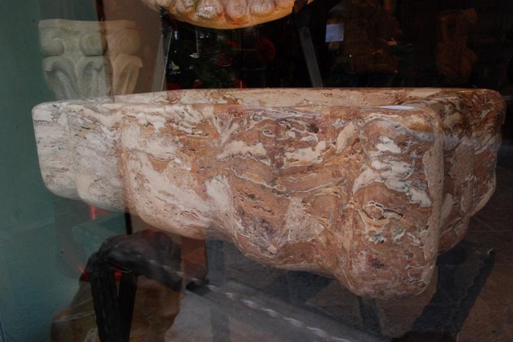 enorme vasca in pietra