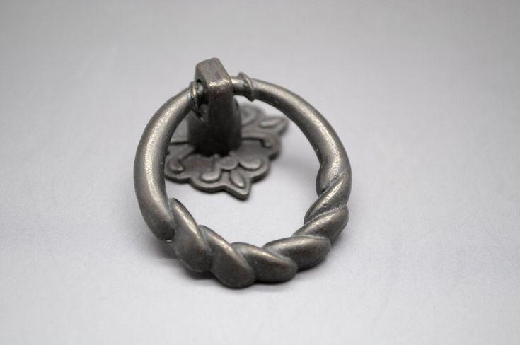 Metallinen, kauniisti muotoiltu vedin laatikkoon tai oveen. www.kauniskoti.fi
