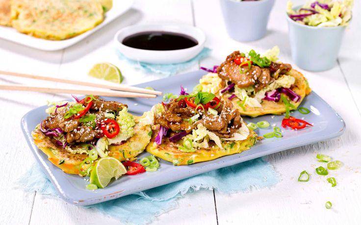 Grønnsaker bidrar til å gjøre disse asiatiske pannekakene ekstra saftige og gode. Toppet med svinekjøtt og hoisinsaus er de perfekte til middag.