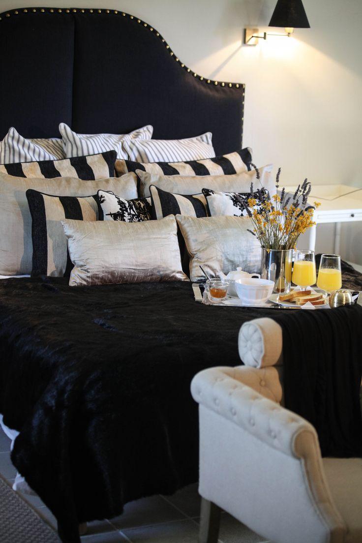 La tête de lit sur mesure PAOLA existe en simple ou en double, ses grands clous noir et bronze et ses galbes généreux l'orientent vers un style baroque qui apporte beaucoup de charme et de cachet à une chambre.