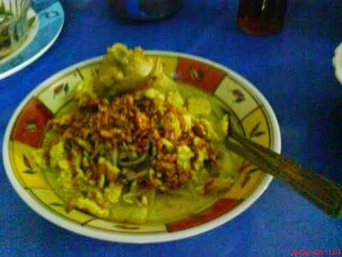 orem orem khas malang   Makanan Khas Malang, Jawa Timur  Orem-orem ialah sajian ketupat dengan kecambah yang disiram sayur santan berisi tempe. Tambahannya adalah kecap dan sambal. Selain itu disediakan kerupuk dan berbagai gorengan kacang-kacangan, seperti tempe goreng atau mendol goreng sebagai pelengkap.Bumbu lengkap Orem-orem ini cukup kental. Dengan aroma bumbu yang selalu membuat perut kelaparan, dengan sajian tempe dan ketupatnya, lalu masak menggunakan bara api arang.