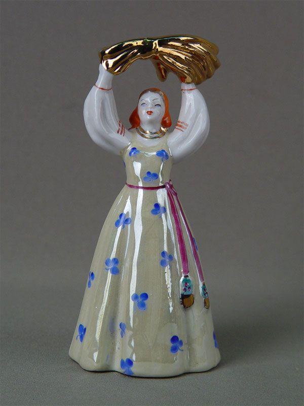 «Девушка со снопом», фарфор, роспись надглазурная. Дулево, 1960-е гг., высота — 15 см  Цена — 7500 руб.