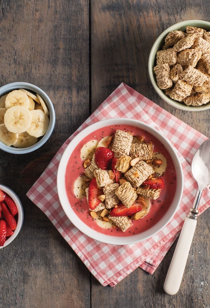 STRAWBERRY BANANA SMOOTHIE BOWL _______ Mini_Wheats® Brown Sugar Flavour Cereal + sliced strawberries + frozen bananas + milk + ice + honey + banana + chia seeds + chopped almonds