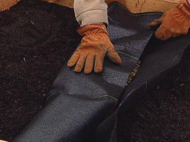 DRENAJE FRANCES:zanja c pendiente, tela de jardin, rellena c grava hasta poco menos que la mitad. colocar tubo perforado CON LOS ORIFICIOS HACIA ABAJO. Más agua entrará en el tubo y drenar si los agujeros están hacia abajo.  TIRAR MAS GRAVA ENCIMA, Y ENVOLVER C SOBRANTE COSTADOS DEL GEOTEXTIL. TAPAR C PIEDRAS MUCLH, ARENA ...