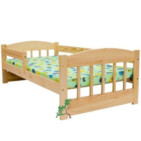 Klasyczne drewniane łóżko dziecięce z barierką i szczebelkami, wykonane z litego drewna sosnowego.