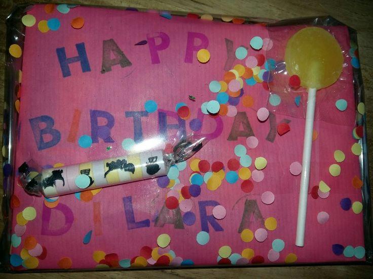 Cadeautje ingepakt met confetti