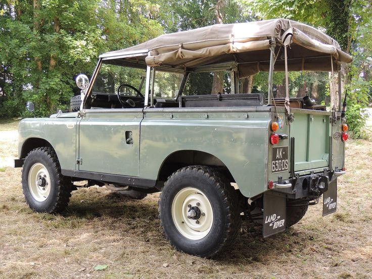 Land Rover 88 Serie III soft top canvas in background check... Lol)