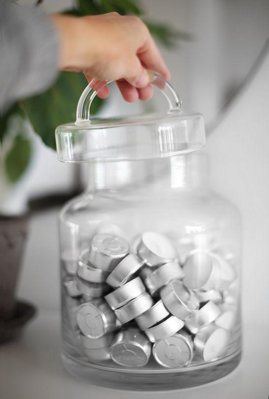 Förvara snyggt i glasburkar med lock. Fina finns här:http://www.oscarclothilde.com/produkter/inredningsdetaljer/askar-burkar/100355
