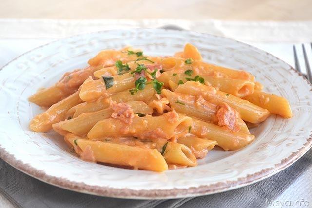 Le penne al baffo sono un piatto goloso di cui esistono diverse varianti in giro per l'Italia, da quella con speck e zucchine del Trentino a quella
