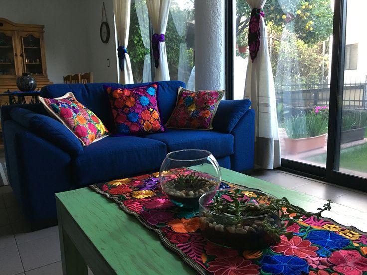 Sala estilo mexicano con cojines chiapanecos mi casa en for Decoracion de interiores estilo mexicano