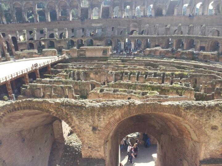 La struttura dei sotterranei del Colosseo vista dal piano dell'arena