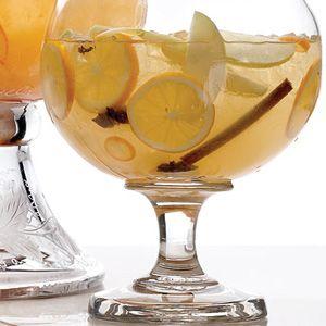 Sangría de Vino Blanco 1 botella, vino blanco 3 peras 10 ciruelas rojas 2 o 3 rodajas de melón 12 naranjas