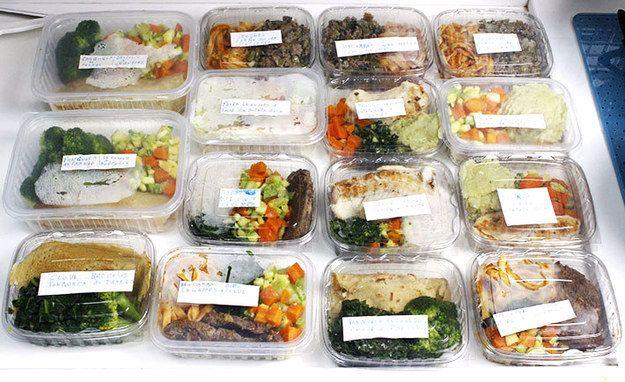 Tire uma hora do seu fim de semana para preparar todas as refeições da semana de uma vez só. | 7 truques que vão te ajudar a começar levar marmita para o trabalho