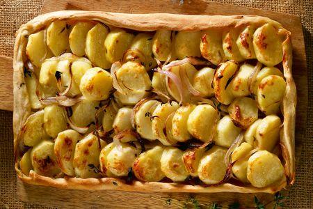 Ανοιχτή πίτα με πατατοκρέμμυδα και θυμάρι - Συνταγές | γαστρονόμος