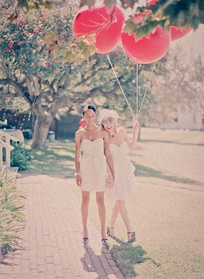 Wedding pictures with balloons are lovely.