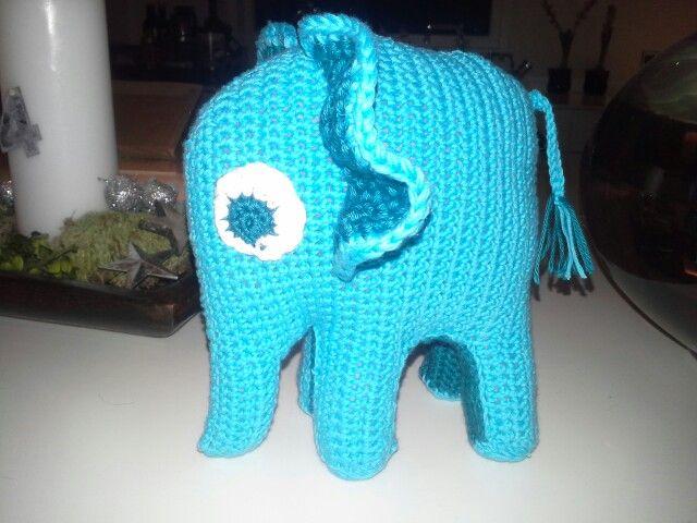 Hæklet elefant -julegave til min chef som samler på elefanter -opskrift fra...... med den ændring at jeg har lavet flade fødder