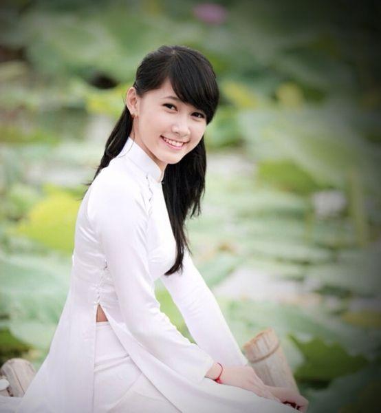 ハスが浮かぶ池を背景に民族衣装アオザイ姿でたたずむ女性。(ベトナム・ハノイ)(2012年05月撮影) 【時事通信社】  ◆時事通信|インドシナの華「アオザイ」 写真特集 http://www.jiji.com/jc/d4?d=d4_trend&p=aod621-image000