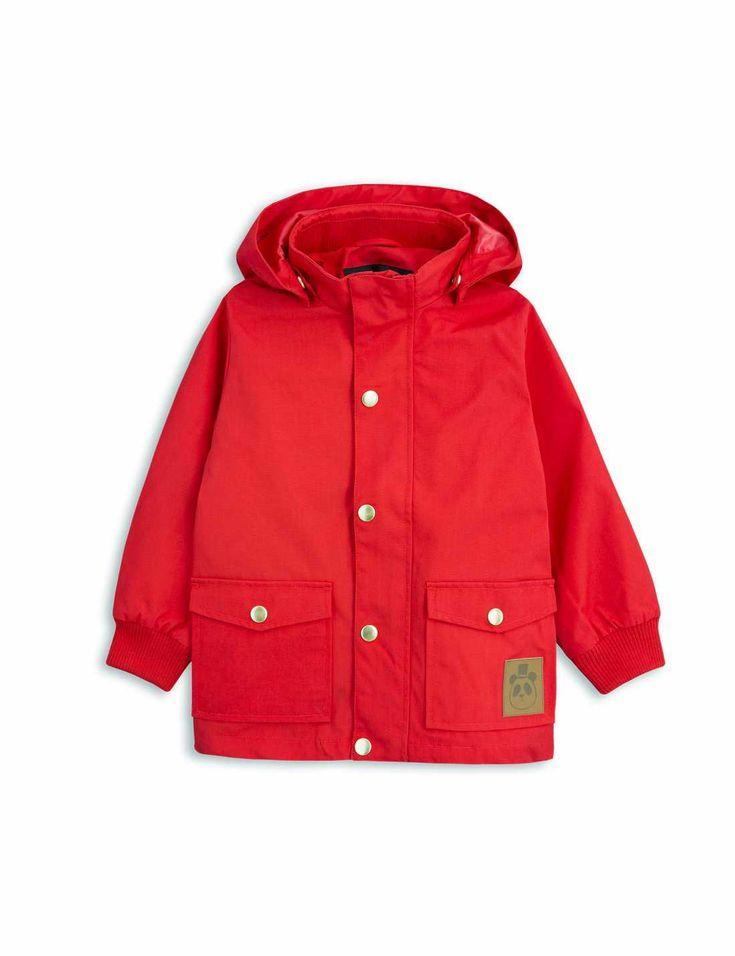Mini Rodinis stilrena Pico jacka i rött, med miljövänlig och vattenavstötande BIONIC-FINISH® ECO-impregnering.