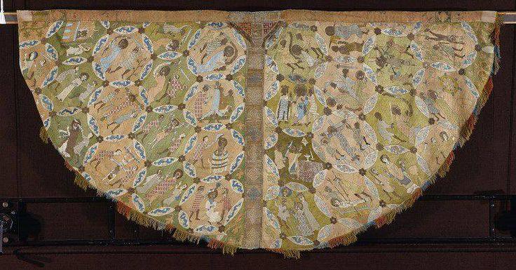Mantello di Hildesheim   Datato anch'esso al I quarto del XIV secolo contiene scene delle vite di alcuni martiri cristiani a partire da S. Pietro, S. Lorenzo e S. Bartolomeo. Realizzato con la tecnica dell'O. Anglicanum su fondo di lino e seta, con sete policrome ed oro.   Oggi è costodito presso il V&A Museum di Londra: http://collections.vam.ac.uk/item/O113500/the-hildesheim-cope-cope-unknown/