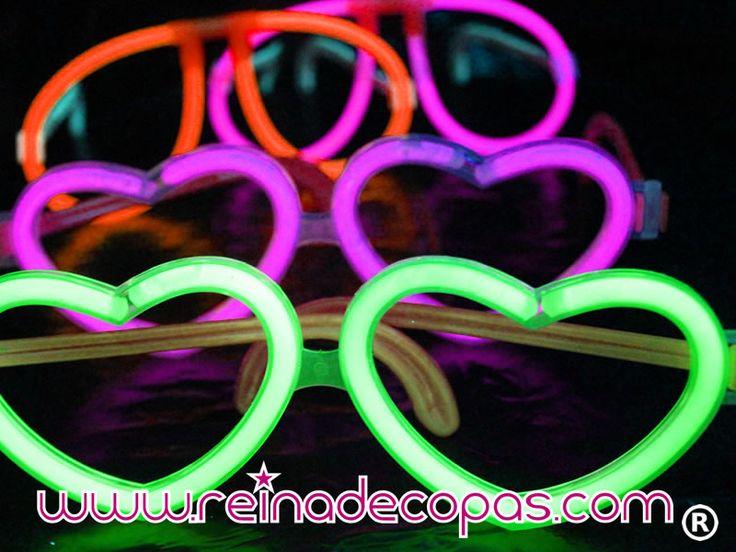Las Gafas Luminosas en forma de corazón son un producto imprescindible en tus fiestas. Se montan en pocos segundos y brillan toda la noche.